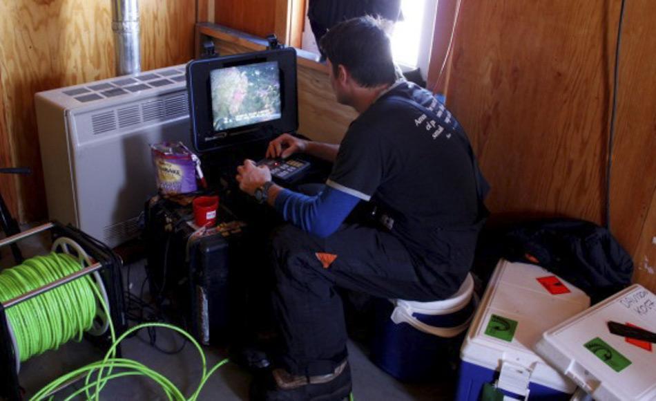Seesterne werden mit Hilfe eines ferngesteuerten Unterwasserfahrzeugs von einer Hütte auf dem Eis nahe der neuseeländischen Scott Base gesammelt. (Bild: Antarctica New Zealand)