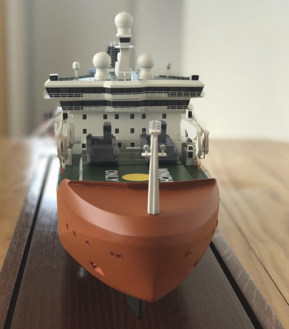 Eine Frontansicht des neuen antarktischen Eisbrecher-Modells. Nach seiner Fertigstellung wird der neue Eisbrecher eine Plattform bieten, um multidisziplinäre Wissenschaft im Meereis und offenem Wasser durchzuführen und Platz für 116 Expeditionsteilnehmer  bieten. (Foto: Eliza Grey)