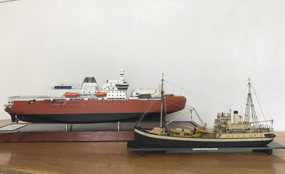 Das ein Meter lange Modell des neuen Eisbrechers steht neben einem Modell des ersten australischen Antarktis-Schiffes der Wyatt Earp. (Foto: Eliza Grey)