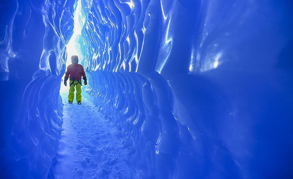 Während ihres Aufenthaltes können die Gäste an verschiedenen Abenteuern wie Abseilen in Gletscherspalten, Klettern und Erkunden von blauen Eisgrotten teilnehmen. Bild: White Desert