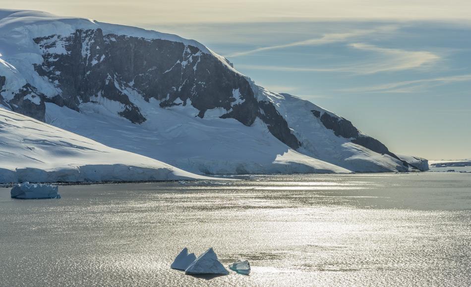 Sonnenschein über der Antarktischen Halbinsel. Die Halbinsel ist eine der sich am schnellsten erwärmenden Regionen der Erde. Nun haben Experten zusammen getragen wie warm es tatsächlich gewesen ist. (Bild: Katja Riedel)