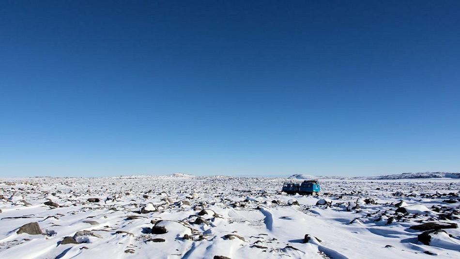 Adams Flat, eine Ebene, liegt nahe der australischen Antarktis-Station Davis. Hier fanden die Forscher Mikroorganismen, die gasförmige Spurenelemente aus der Luft auffangen können, um zu überleben. Bild: Robert Isaacs