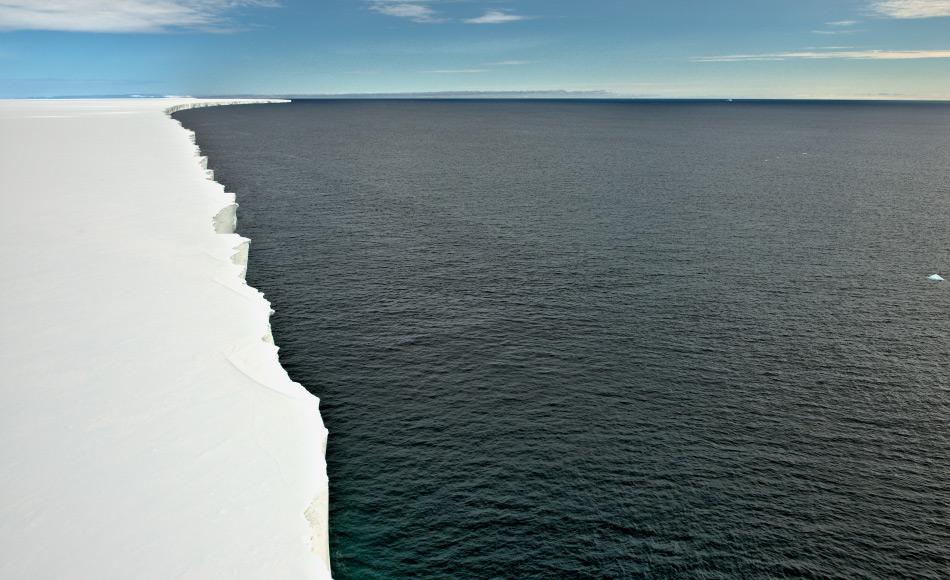 Eisschelfe wie das riesige Rosseisschelf ragen viele hundert Kilometer weit ins Südpolarmeer. Immer wieder brechen davon gigantische Stücke ab, die dann als Tafeleisberge über das Meer treiben und Fotografen erfreuen. Bild: Michael Wenger