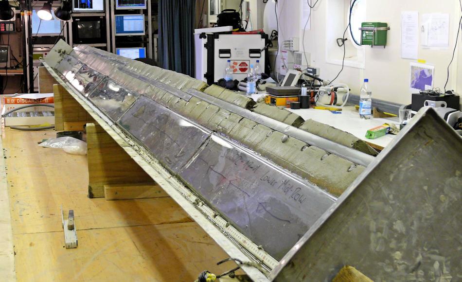 """Mit Hilfe der an Bord des Forschungsschiffes """"Sonne"""" aufgebauten Kastenlotprobensysteme konnten die Forscher Kieselalgen aus dem Meeresboden entnehmen und sie genauer untersuchen, mit überraschendem Ergebnis. Bild: AWI"""