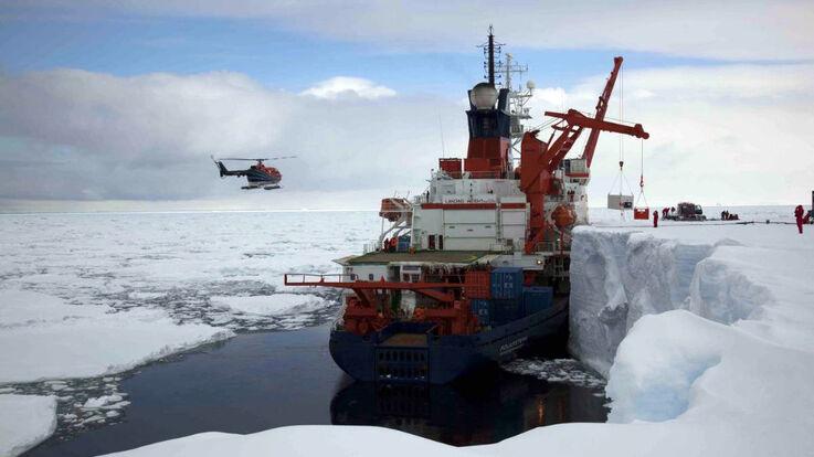 Die Polarstern an der Schelfeiskante in der Atka-Bucht (Bild: Frank Roedel /