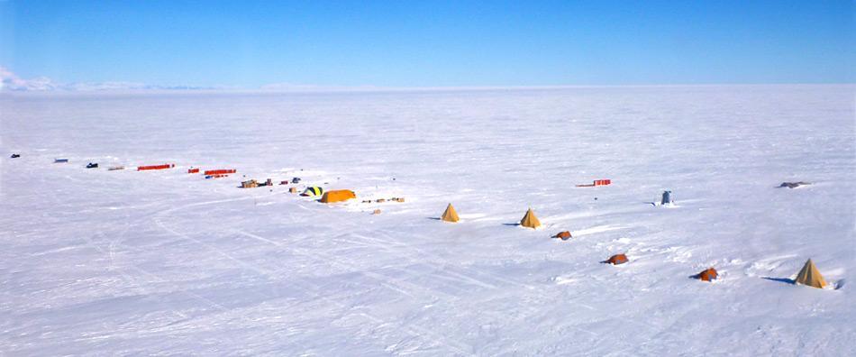 Die Installation liegt ca. 800 km von McMurdo entfernt und wurde innerhalb zwei Wochen mit dreizehn Traktoren herangeschafft.