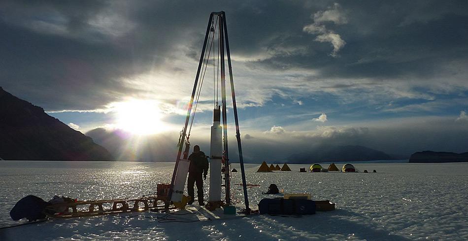 Für die Bohrungen im Eis verwendet das Team einen Tanner-Kuhl-Eisbohrer. Im Hintergrund erkennt man das Lager. © Xavier Fain