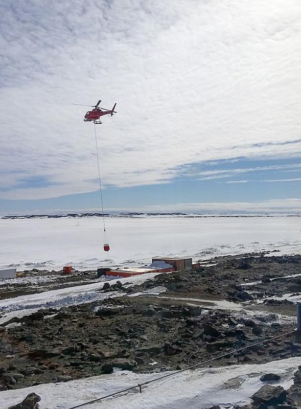Der Pilot Bryan Patterson liefert eine Ladung Wasser in den Tank des Labors an der Davis-Küste. (Photo: Tina Donaldson)