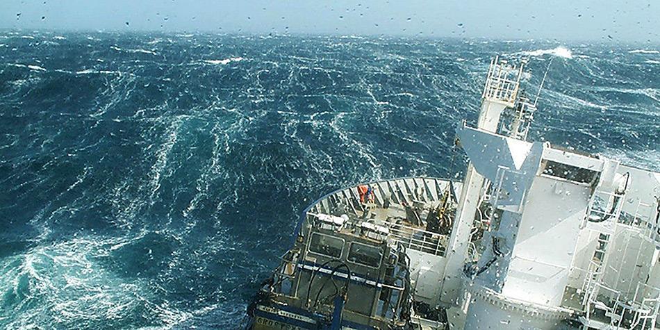 Ein Forschungsschiff durchstösst bei der Messung von gelöstem CO2 im Oberflächenwasser die Wellen der Roaring Forties, einer Zone des Südlichen Ozeans, in der starke Winde vorherrschen. Bild: Nicolas Metzl, LOCEAN/IPSL Laboratory