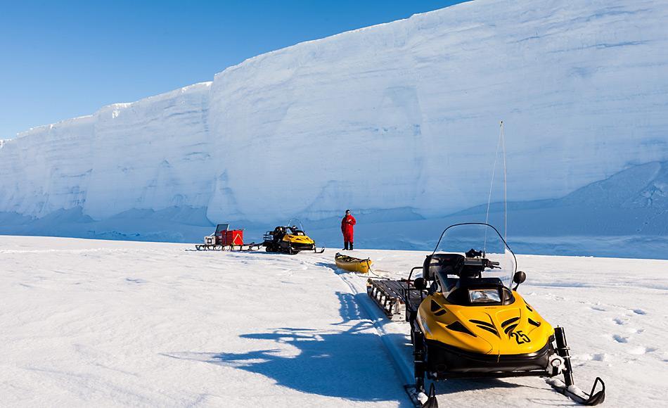 Schlittenzug für Plättcheneis-Dickenmessungen in der Atka-Bucht. Das Multifrequenz-EM-Gerät wurde im Kanu über das Meereis gezogen. Foto: AWI, Mario Hoppmann