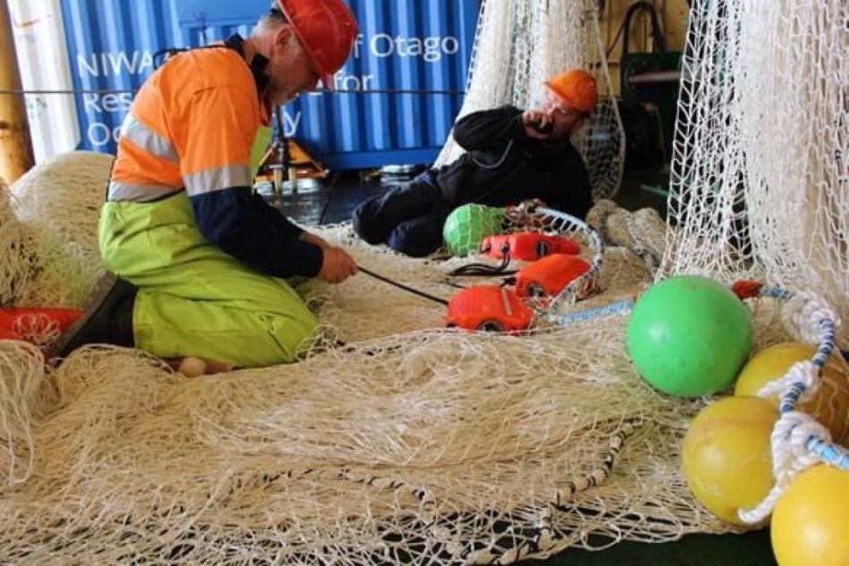 Die Assistenten und das Hilfsteam bereiten das Schleppnetz vor, mit dessen Hilfe die unbekannte Welt mit in der Kerguelen-Achse erforscht werden soll. Bild: Dr. Chistina Schallenberg