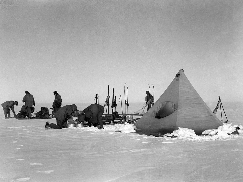 Die Bilder von Bowers geben einen intimen und klaren Einblick in die Vorbereitungen von Scott und seinem Team bevor sie zu ihrer schicksalhaften Expedition aufbrachen.