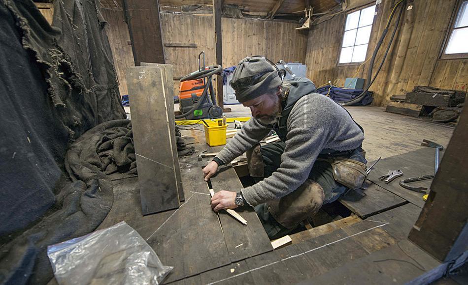 Bodenreparatur in der Discovery Hütte. Foto: Alasdair Turner
