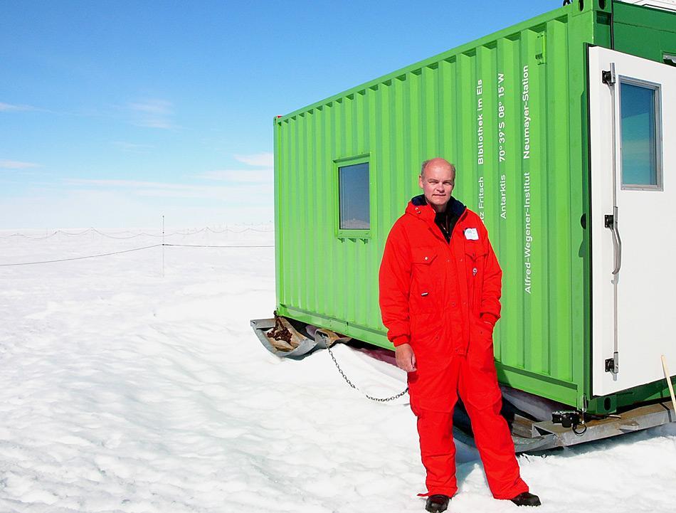 Der Künstler und sein Kunstwerk, Lutz Fritsch steht vor der «Bibliothek im Eis».