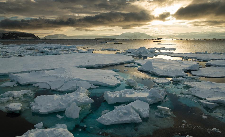 Meereis kommt in vielen Variationen vor und macht das Navigieren für die meisten Schiffe schwierig. Alter, Dicke und Beschaffenheit des Eises bestimmen, ob ein Schiff ins Packeis fahren kann oder nicht. Bild: Katja Riedel