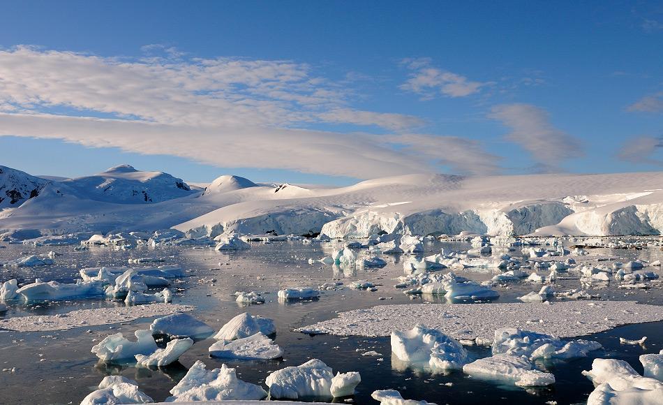 Obwohl grosse Mengen an Rohstoffen unter dem antarktischen Eisschild vermutet werden, haben die Antarktisvertragsstaaten beschlossen, auch weiterhin den Bergbau und den Abbau fossiler Brennstoffe zu verbieten. Damit bleibt Antarktika auch weiterhin geschützt. Bild: Michael Wenger