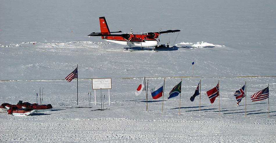 Eine Twin Otter der «Kenn Borek Air» am Südpol. Im Winter 2012/23 waren insgesamt 14 Flugzeuge der kanadischen Gesellschaft in der Antarktis im Einsatz.