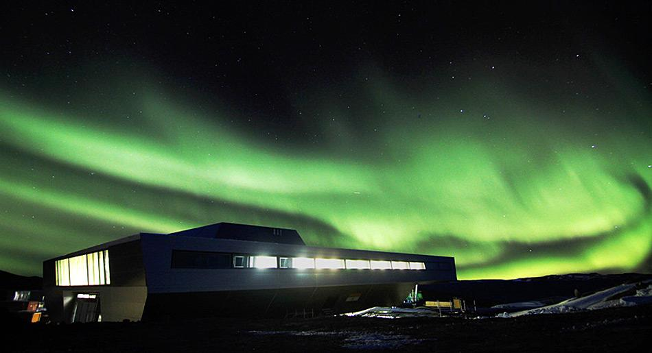 Bharati Polarstation im Polarlicht