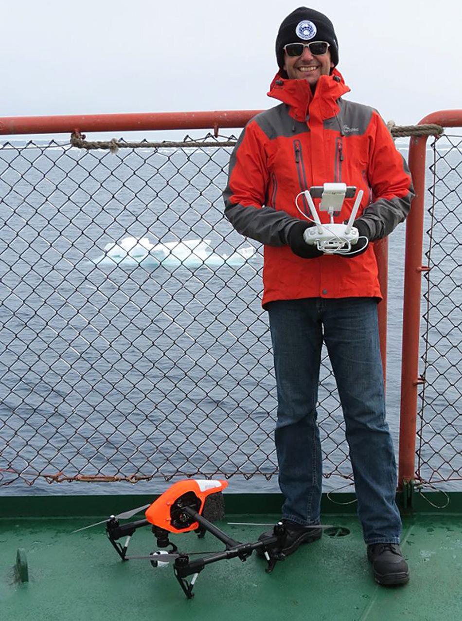 Der Leiter der Australian UAV, James Rennie, bereitet die Drohne für ihren Start vom Hinterdeck der Aurora Australis vor.