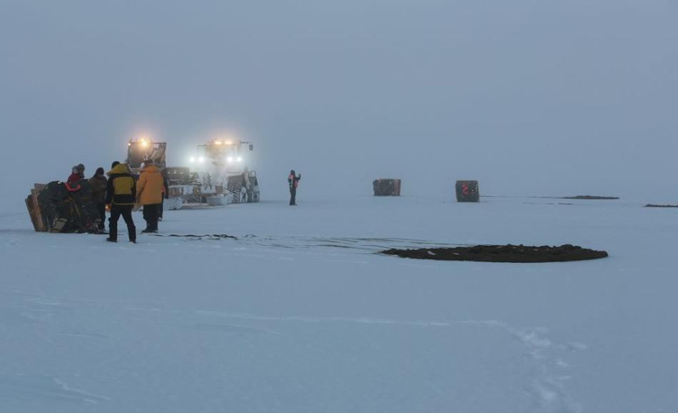 Ein Abwurf ist eine hochpräzise Mission und kann nur von ausgebildeten Leuten und mit einem speziellen Fallschirmsystem vorgenommen werden, der den harschen antarktischen Bedingungen standhalten kann. Bild: Michael Brill, AAD