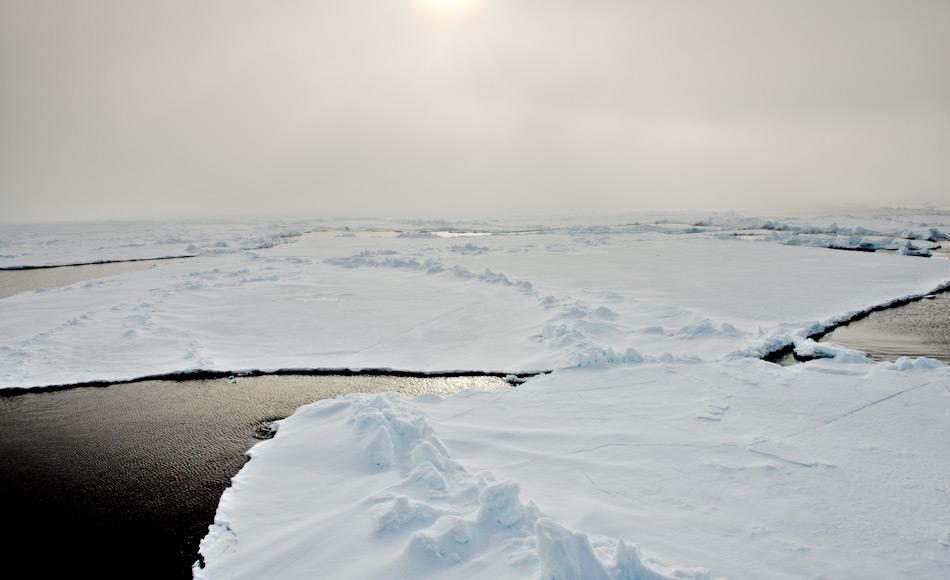 Auf den Reisen zum Nordpol an Bord eines russischen Eisbrechers wird das Ausdünnen des Meereises ersichtlich und Landungen auf dem geographischen Nordpol sind selten geworden. Bild: Michael Wenger