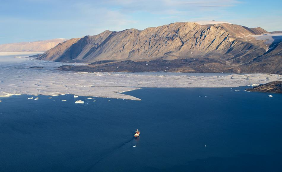 Hierher hat es noch kein Forschungsschiff geschafft. Polarstern vor der Kalbungsfront des 79°-Nord-Gletschers im Nordosten Grönlands. Foto: Nat Wilson