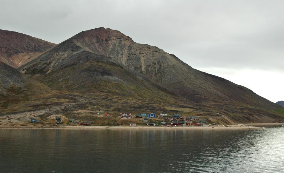Arbeitsplätze sind in vielen grönländischen Gemeinden Mangelware. Die Bewohner von Orten wie Siorapaluk leben von der Jagd und Fischerei und haben wenig Abwechslung. Dies bringt Probleme mit sich für Besucher und Bewohner, wenn die ersteren doch einmal vorbeikommen. Bild: Michael Wenger