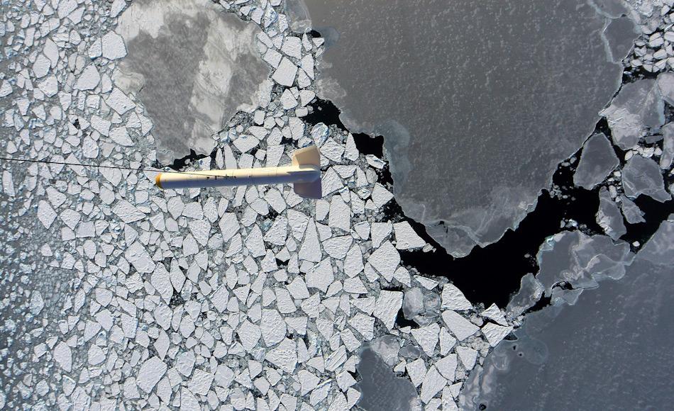 Der AWI-EM-Bird während eines Meereisdicken-Messfluges über arktischem Meereis. Das Foto entstand im Rahmen der PAMARCMIP-Kampagne im Jahr 2009. Bild: PAM ARCMIP2009, Stefan Hendricks
