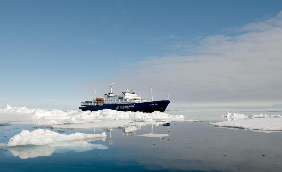 AECO ist ein Zusammenschluss von verschiedenen Interessensvertreter arktischer Reisen. Das Ziel der Gesellschaft ist ein sicherer und umweltverträglicher Tourismus im hohen Norden. Dafür sind die Schiffe der AECO-Mitglieder sehr gut ausgestattet und könnten daher auch bei Such- und Rettungsmissionen Unterstützung liefern. Bild: Michael Wenger