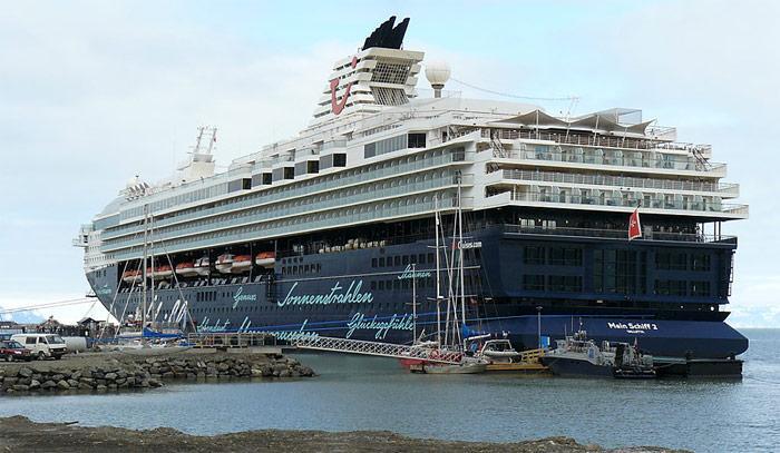 Ein Kreuzfahrtschiff dieser Grösse ist mit einem Lotsen auf der Brücke in Spitzbergen  sicher nicht schlecht beraten. «Mein Schiff 2» der Reederei TUI Cruises hat eine Kapazität von 1.912 Passagiere und 780 Besatzung und ist 262 Meter lang.