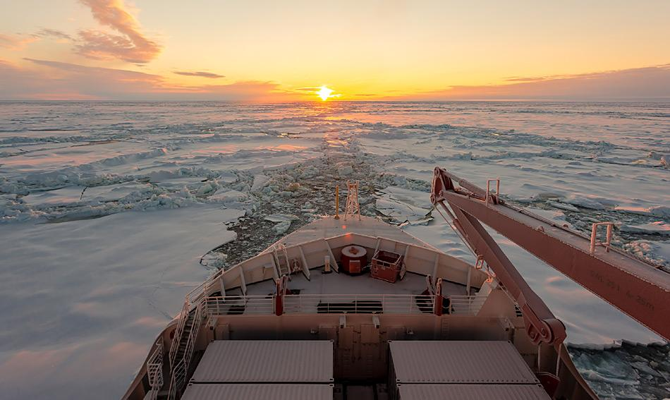 Polarstern bricht sich durch schweres Eis Richtung Süden. Foto: Stefan Hendricks, AWI