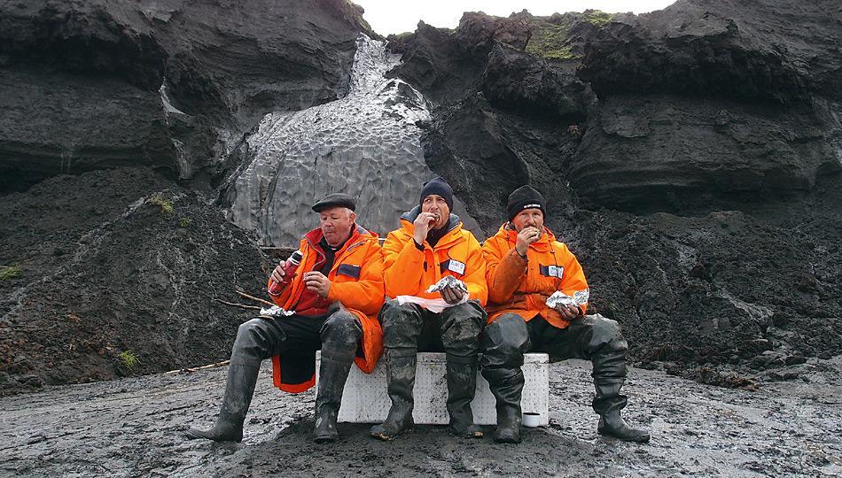 Probennahme an einem Eiskeil auf der russischen Permafrostinsel Muostakh. Die Wissenschaftler Alexander Dereviagin, Dr. Thomas Opel und Dr. Hanno Meyer (v.l.) machen eine kurze Mittagspause. Foto: Volkmar Kochan