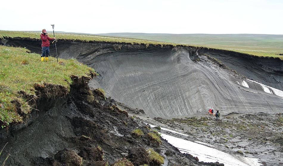 Die AWI Wissenschaftlerin Stefanie Weege nimmt die GPS-Koordinaten der Kante der Klippe auf Herschel Island auf. So können die Daten aus verschiedenen Jahren verglichen werden. Foto: Boris Radosavljevic, AWI