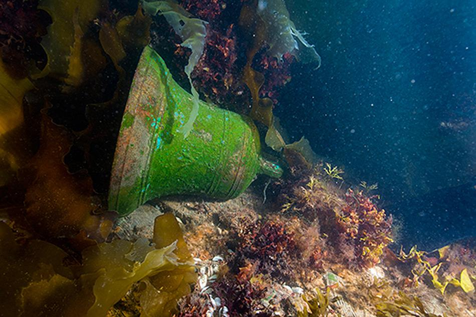 Taucher mit der Schiffsglocke der HMS Erebus. © Parks Canada / Thierry Boyer