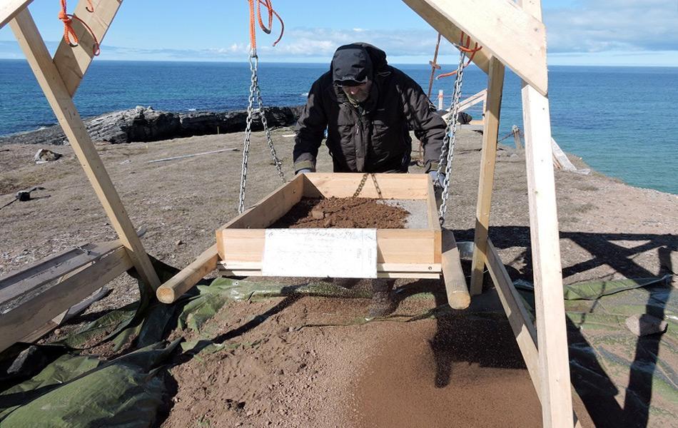 Es scheint eher wie eine Szene aus der CSI-Krimiserie, wenn Forscher Unmengen von Sand auf der Suche nach Spuren durchsieben. Sie suchen nach Hinweisen auf die Todesursache von mehreren Menschen, die auf der Insel gefunden wurden. Bild: Meteorologische Station Bjørnøya