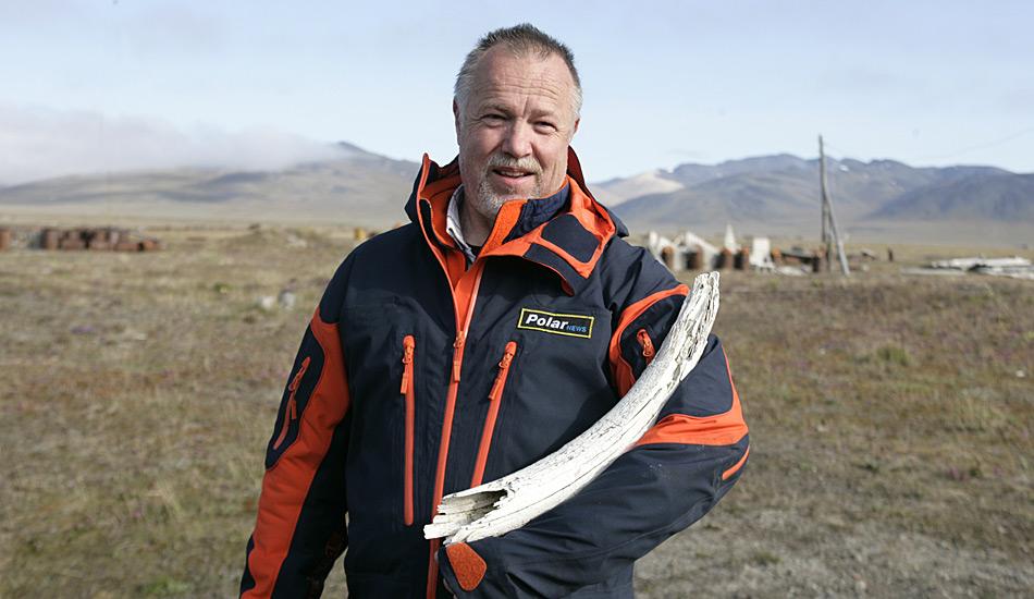 Heiner Kubny von PolarNEWS mit einem Mammut-Stosszahn in Wrangel Island.