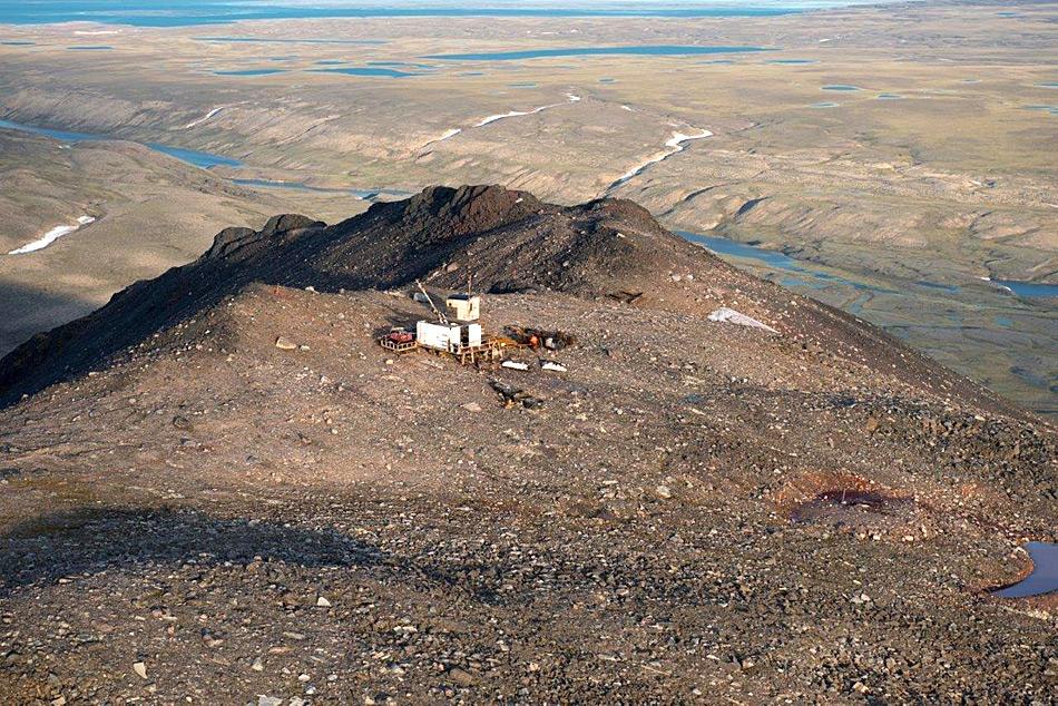 Das Eisenerz wird vor dem Transport zur Verschiffung nach Milne Inlet nahe der Grube zwischen gelagert.