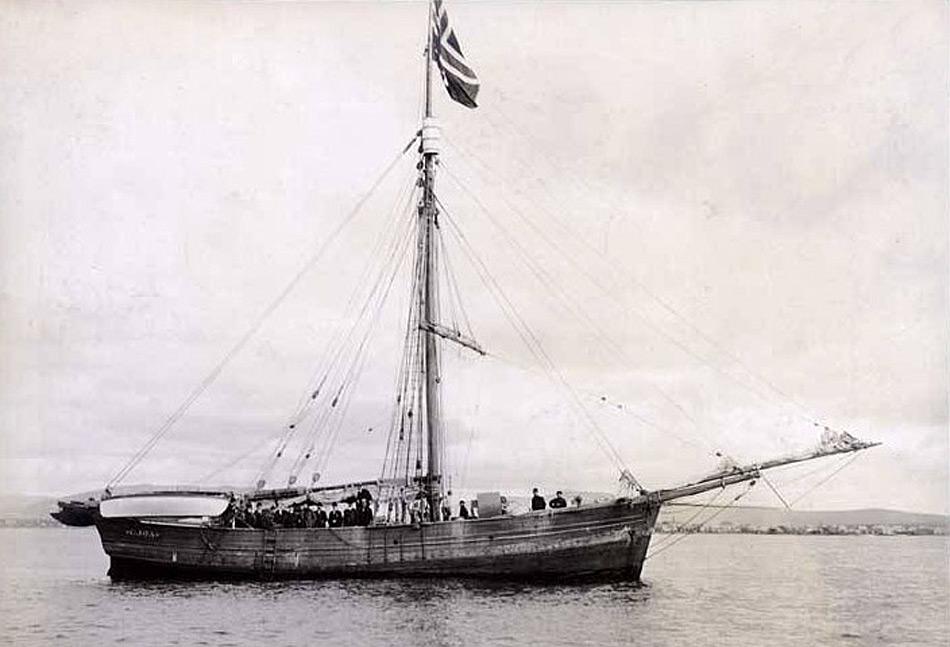 Roald Amundsen war der erste, dem eine Durchquerung der Nordwestpassage 1903 – 1906 gelang. Er benutzte die Gjøa ein kleines Schiff mit wenig Tiefgang, einem kleinen Paraffinmotor und etwas Eisverstärkung.
