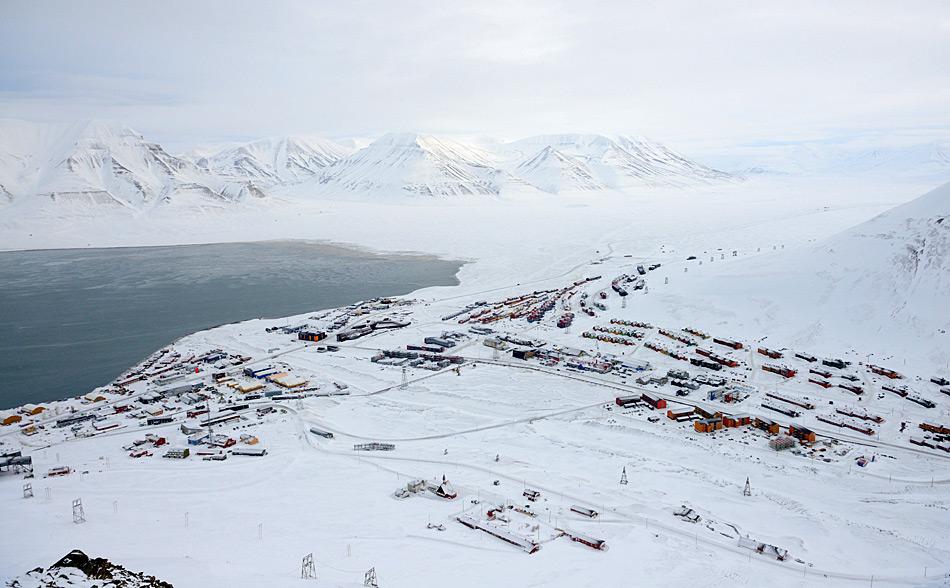 Longyearbyen wird seit 1906 bevölkert und zurzeit leben 2'043 Einwohner dort. Trotz vielen Vergünstigungen befürchtet die norwegische Regierung eine Abwanderung, sollte der Kohleabbau auf Spitzbergen gestoppt werden.
