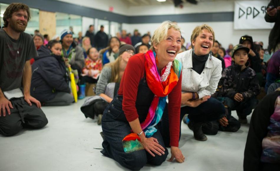Duncan Martin (links) von Vancouver Renewable Energy Coop, Schauspielerin Emma Thompson und die Geschäftsführerin von Greenpeace Canada, Joanna Kerr, geniessen eine kulturelle Darbietung während der Feierlichkeiten für die Solarpanels im Gemeindezentrum. Bild: Greenpeace