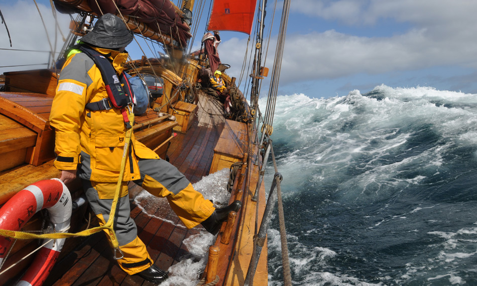 Arved Fuchs bei stürmischer See auf dem Segelschiff «Dagmar Aaen».