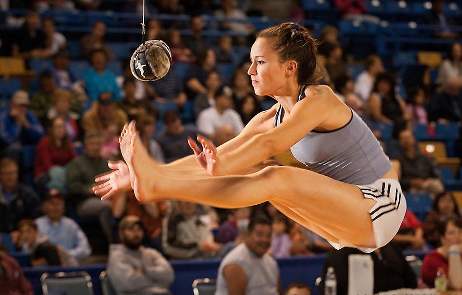 Eine populäre Disziplin ist das Ballkicken, der höchste Sprung gewinnt.