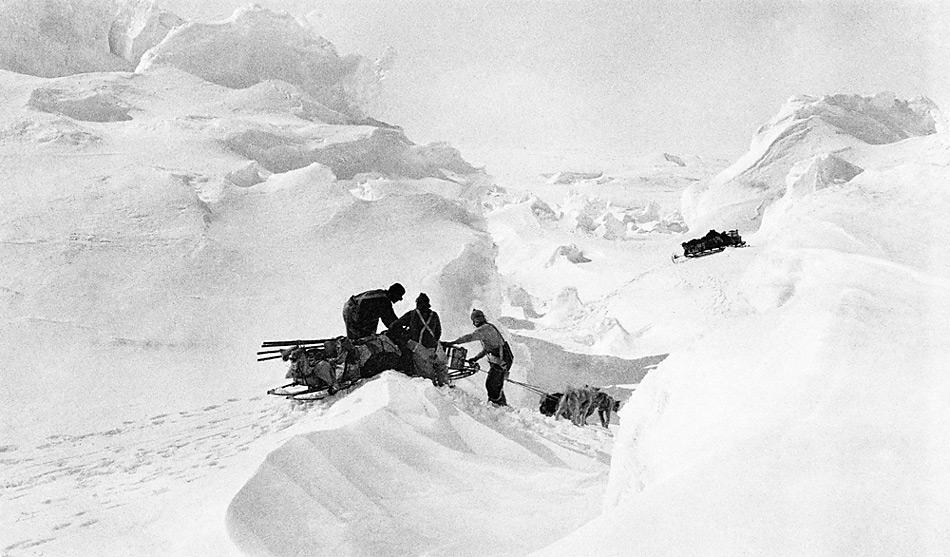 Auf dem Denman-Gletscher. Während der grossen Sommer-Erkundungstour von der West-Station aus in östlicher Richtung (Andrew Watson, Dezember 1912; Postcard Size; Mitchell Library, State Library of New South Wales).