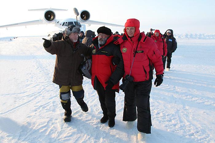 Heiner Kubny und Arthur Chilingarov unterwegs zu den Helikopter.