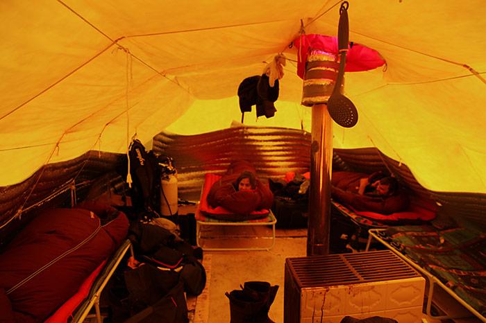Draussen minus 28 Grad Celsius, im Zelt mit plus 25 Grad wohlig warm.
