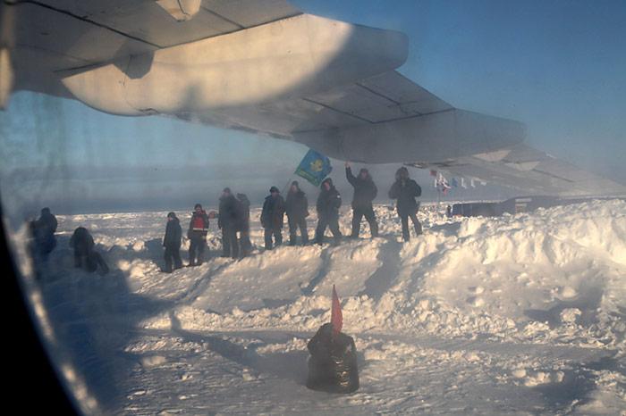 Abschied von Freunden, letzter Blick durch das verschmutzte Fenster der Antonov-74.